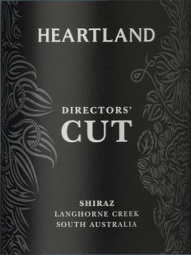 El enorme y profundo color púrpura del Heartland Director's Cut Shiraz de Heartland Wines ya insinúa la concentración de sus aromas y sabores. En nariz dominan las cerezas oscuras, los arándanos y las moras, realzados por matices de regaliz oscuro y pimienta. Surge un perfil aromático delicado, denso y variado. En el paladar del Heartland Director's Cut Langhorne Creek Shiraz predomina un carácter suave y aterciopelado y un sabor que recuerda a las bayas guisadas, enriquecido con cedro y chocolate y un toque fugaz de especias como el clavo y el comino negro. Este Shiraz es famoso por su equilibrio, su equilibrio y su densidad. Recomendación alimentaria para el Director's Cut Shiraz de Heartland Wines Recomendamos el Director's Cut Shiraz con ragouts contundentes, carnes asadas y a la parrilla (ternera, caza) y quesos. El varietal Shiraz es el buque insignia de la bodega. Al igual que ocurre con las películas, el Director's Cut se considera la versión final sin concesiones. Premios para el Director's Cut Shiraz James Halliday: 91 puntos para 2016
