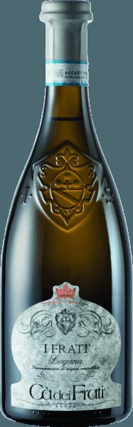 ElI Frati Lugana de Cà dei Frati es el orgullo de la bodega y se vinifica a partir de la variedad de uva localTurbiana (Trebbiano). En la copa, este vino brilla con un claro color amarillo pajizo con reflejos dorados. El bouquet es maravillosamente polifacético: cuando es joven, la nariz recibe sutiles notas de flores blancas, albaricoques jugosos y almendras. Con el tiempo, a este vino blanco italiano se le unen matices minerales y especiados, así como aromas caramelizados. En el paladar, este vino tiene un cuerpo maravilloso con una acidez vital y exuberante. La esencia especiada está perfectamente integrada en el cuerpo recto, mineral y elegante. Este vino blanco convence por su personalidad rica en finura y complejidad y por su expresiva variedad de aromas. Vinificación delCà dei FratiLugana Tras la cuidadosa recolección de las uvas, éstas se llevan inmediatamente a la bodegaCà dei Frati. El mosto se fermenta en depósitos de acero inoxidable y se deja sobre las lías durante un mínimo de 6 meses (crianza en superficie). Finalmente, este vino madura durante otros 2 meses en la botella. Recomendación de comida para el LuganaCà dei Frati Disfrute de este vino blanco seco de Italia con entrantes tibios o pescado a la parrilla con patatas al perejil. Premios para los I Frati Lugana Falstaff: 92 puntos para 2017 Mundus Vini: El mejor vino blanco de Italia en 2017 Vinum: 17/20 puntos para 2017 Wine Enthusiast: 91 puntos para 2015