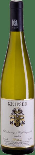 """Los Knipser también saben que la familia de variedades de uva de Borgoña hace que una variedad de características sea más fuerte en el colectivo. Lo mismo ocurre con estos dos protagonistas -Chardonnay y Pinot Blanc de Knipser- que proceden del mismo vivero, pero que, sin embargo, siguen sus propios caminos en términos de carácter. Mientras que la Chardonnay está considerada como la mejor variedad de uva blanca del mundo, la Pinot Blanc sólo es conocida en nuestras latitudes como de gran calidad. Ambas cosas juntas dan como resultado un vino maravillosamente armonioso, que combina en igual medida una elegante fluidez para beber, pero también un fundido de gran calidad. El Chardonnay y Pinot Blanc de Knipser es un vino blanco del Palatinado maravillosamente seco, como se encuentra tan raramente. Con un vestido amarillo con reflejos verdosos, este vino alemán le llama la atención con jugosos aromas de fruta local madura, como la pera o la ciruela fresca. Vinificación del Chardonnay y del Pinot Blanc de Knipser Las dos variedades de uva de la cuvée ya crecen juntas en el viñedo, lo que de hecho corresponde a un Gemischter Satz clásico. Las uvas de ambas variedades se cosechan a mano y se fermentan juntasbajo control de temperatura en depósitos de acero inoxidable. Recomendación de comida para el Knipser Chardonnay & Pinot Blanc Este vino blanco seco de Alemania es un magnífico acompañante de una ensalada fresca de verano o de platos ligeros de pescado con salsa cremosa. Comentarios de prensa sobre el Chardonnay - Pinot Blanc Cuvée de Knipser Eichelmann - Vinos de Alemania """"El Chardonnay & Pinot Blanc es muy atractivo, con mucha fusión, un maravillosojugoso y quaffable cuvée de parientes cercanos"""" Guía de vinos Gault-Millau """"Un vino gastronómico perfecto que va bien con un número increíble de invitados porque es muyuniversalmente aplicable y que, sin embargo, nunca se ha hecho un chiste"""""""