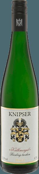 El Kalkmergel Riesling de Knipser lleva a la botella exactamente el terruño por el que son tan conocidos y famosos los viñedos de Knipser en torno a Laumersheim. Totalmente fermentado, evoca en nariz un bouquet lleno de melocotones, mirabeles y pomelo rosa. Matices de Golden Delicious, toques herbáceos, notas minerales del subsuelo de marga caliza y finas levaduras especiadas, así como notas de miel, completan perfectamente el bouquet del Knipser Kalkmergel Riesling. En el paladar, el Kalkmergel Riesling comienza con mucha fruta, componentes minerales como el pedernal y sutiles notas de manzana amarilla. Largo y persistente en el final. Un gran vino. Vinificación del Kalkmergel Riesling de Knipser El Knipser Kalkmergel Riesling es una cuvée de vinos de calidad de los mejores Riesling, en su mayoría de cosecha tardía, que Knipser obtiene de los mejores lugares de viñedos caracterizados por la roca de Kalkmergel. Tras la vendimia manual selectiva, las uvas se prensan y el mosto se fermenta a temperatura fresca. La mitad de las uvas se vinifica en depósitos de acero inoxidable, mientras que la otra mitad se fermenta en medios barriles tradicionales (600l) y en barriles y medio (900l). Recomendación alimentaria para el Knipser Kalkmergel Riesling Disfrute de este Riesling de gran cuerpo con la mejor cocina del Palatinado, platos de ave con especias asiáticas o simplemente solo. Premios para Knipsers Riesling Kalkmergel Eichelmann: 87 puntos para 2016 Gault Millau: 86 puntos para 2016