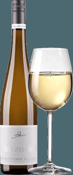 El Sauvignon Blanc del Eins zu Eins de A. Diehl puede considerarse como el ejemplo del típico Sauvignon Blanc alemán. En la copa se reconoce un fino color dorado platino y también el bouquet inspira: hierba fresca y grosella pura. Este vino blanco del Palatinado mima con una fruta encantadora, compuesta por aromas cítricos, algo de bergamota, mango maduro y melón opulento, complementados por algo de grosella negra. En boca, el One to One Sauvignon Blanc de A. Dieht es fantásticamente fresco y enormemente expresivo. Una excelente mineralidad combinada con una estructura compacta caracterizan el final. Este vino blanco combina la potencia de las uvas bien maduras con la frescura verde-afrutada que ha dado a los vinos neozelandeses de esta variedad de uva una enorme popularidad. Vinificación del One to One Sauvignon Blanc por A. Diehl Este Sauvignon Blanc se vinifica exclusivamente en depósitos de acero inoxidable para maximizar el estilo varietal. Tras una breve fase de maduración en depósitos de acero inoxidable, el Sauvignon Blanc de uno a uno se embotella fresco y crujiente Recomendación alimentaria para el Sauvignon Blanc uno a uno de A. Diehl Recomendamos este vino blanco del Palatinado para carnes ligeras, verduras crudas, espárragos con vinagreta y lasaña de verduras. Premios para el A. Diehl Eins zu Eins Sauvignon Blanc Mundus Vini: Oro para 2016