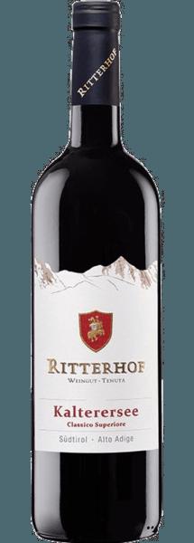 El Kalterersee Classico Superiore de la bodega Ritterhof se revela en un rojo rubí brillante en la copa y acaricia la nariz con los delicados aromas de las cerezas maduras y jugosas con un delicado toque de almendra amarga. Este fresco Vernatsch convence en el paladar por su impresión afrutada y elegante y por su equilibrio. Vinificación del Kalterersee Classico Superiore de Ritterhof Las vides de este vino tinto del Tirol del Sur, algunas de las cuales tienen más de 50 años, están enraizadas en suelos arenosos de grava y morrena en Kaltern, por encima del lago Kalterer Las uvas se cosechan a mano en el momento óptimo de maduración, se trituran ligeramente y se despalillan, y luego se fermentan a una temperatura constante de 22 ° Celsius. El vino fue envejecido y almacenado en grandes barricas de madera durante 6 meses. Comida recomendada para el Kalterersee Classico Superiore de Weingut Ritterhof Disfrute de este vino tinto seco con ensalada de sandía con langostinos y requesón, pechuga de pollo a la plancha, carne y pescado asado o pizza.