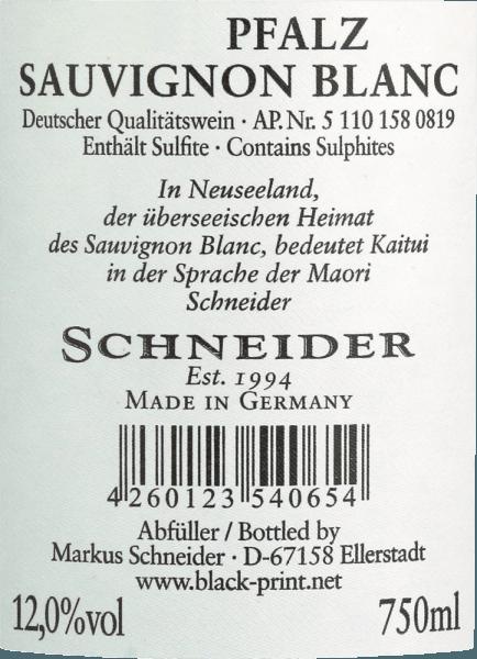 """El Kaitui Sauvignon Blanc de Markus Schneider es la respuesta alemana al éxito de los vinos blancos de Nueva Zelanda. El hecho de que Markus Schneider quiera competir con clásicos del otro lado del mundo -como Cloudy Bay & Co. Kaitui significa """"sastre"""" en la lengua maorí (ojo, la profesión, no el apellido). El Kaitui Sauvignon Blanc entra en la copa con un delicado color amarillo platino y reflejos verdosos. La primera nariz recuerda inmediatamente a los clásicos aromas neozelandeses o de clima frío. Me vienen a la mente la hierba recién cortada, el boj, la hierba limón, las hojas de lima kaffir, el kiwi y la crujiente manzana Granny Smith. Notas minerales y toques de flores blancas complementan. En boca, el Schneider Kaitui comienza excepcionalmente potente, jugoso y bebible. Matices minerales, fina fusión y un final largo y exótico-afrutado hacen de este vino una experiencia increíble. Vinificación del Kaitui Sauvignon Blanc Markus Schneider obtiene las uvas para su Kaitui de parcelas especialmente altas, donde las vides están enraizadas en suelo calcáreo. Tras la maceración, el vino se deja macerar de 4 a 10 horas, seguido de un prensado suave y una fermentación a temperatura controlada. Recomendación de comida para el Kaitui Sauvignon Blanc de Markus Schneider Disfrute de este vino blanco del Palatinado mejor con platos asiáticos como el curry de pescado tailandés, los rollitos de verano vietnamitas o el pollo salteado con verduras de colores."""
