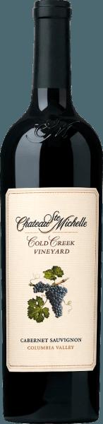 ElCold Creek Cabernet Sauvignon de Chateau Ste. Michelle es un maravilloso vino tinto de un solo viñedo de la región vinícola del Valle de Columbia, en el estado de Washington. Un rojo púrpura profundo y muy denso con reflejos violáceos se presenta en la copa de este vino. El bouquet afrutado y de múltiples capas está marcado por finos aromas de moras maduras, grosellas negras, cassis y cerezas negras. Además, hay muchas especias -también matices minerales-, discretas notas de madera y algo de regaliz. Con un cuerpo jugoso, suave y a la vez potente, este tinto americano sabe cómo convencer al paladar. La excelente estructura se apoya en unos taninos notables y suavemente maduros. La fruta oscura presente acompaña en la reverberación larga con la dulzura de la fruta fina Vinificación del Ste. Michelle Cabernet Sauvignon Cold Creek Las uvas de este vino tinto proceden de cepas de 35 años que prosperan en el viñedo de Cold Creek. En el momento óptimo de maduración, las bayas se cosechan y se llevan inmediatamente a la bodega. Allí, las uvas se despalillan primero por completo y luego se fermentan. El mosto se remueve diariamente en los depósitos de acero inoxidable. Una vez finalizada la fermentación, el 82% de este vino se envejece en barricas de roble americano (un tercio) y de roble francés (dos tercios). El 18% restante descansa en los depósitos de acero inoxidable. Recomendación de comida para el Cold Creek Cabernet Ste Michelle Disfrute de este vino tinto seco de EE.UU. con pierna de cordero estofada en capa de hierbas, carne de cerdo preparada en Asia, platos de pasta en salsas fuertes o también con quesos picantes. Recomendamos decantar este vino durante al menos una hora antes de beberlo. Premios para el Cabernet Sauvignon Cold Creek Ste. Michelle Robert M. Parker - The Wine Advocate: 92 puntos para 2013