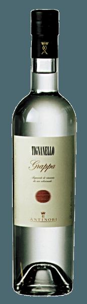 La Grappa Tignanello de Marchesi Antinori brilla con luz propia, en la nariz los sabores varietales de las uvas Sangiovese y Cabernet, en el paladar suave, cálido, afrutado, con un final largo y agradable. Producción de la Grappa Tignanello por Marchesi Antinori Esta grappa fina y aromática se destila a partir de los orujos de las uvas cosechadas en el viñedo de Tignanello para el vino del mismo nombre. El orujo fermentado se lleva a la destilería inmediatamente después de que el vino haya sido extraído de las cubas y las uvas hayan sido convenientemente prensadas. De este modo, sólo se utilizan los orujos de mayor calidad, ricos en alcohol y, sobre todo, en ingredientes aromáticos. De la grappa destilada a partir de los diferentes lotes de orujo, sólo los mejores, más finos y aromáticos destilados se mezclan y se embotellan como Grappa Tignanello. Grappa Tignanello está disponible en cantidades limitadas. Recomendaciones de servicio para la Grappa Tignanello de Marchesi Antinori Disfrute de esta fina Grappa Tignanello como digestivo después de una buena comida, en Navidad o en una ocasión especial, posiblemente incluso como broche de oro después de una comida acompañada de Tignanello.