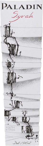 El Syrah de Paladin es un vino tinto monovarietal de la región productora de Annone Veneto. En la copa muestra un rojo rubí intenso con reflejos azul-violeta. Un bouquet expresivo y complejo con bayas (grosellas negras, moras y frambuesas), mermelada y elegantes especias saluda la nariz. Este vino tinto italiano está bien estructurado, es armonioso y suave, con carácter y un buen equilibrio de delicada acidez, fruta intensa y taninos aterciopelados. La fruta también persiste en el final redondo, armonioso y de longitud media. Vinificación del Paladin Syrah Tras la vendimia, las uvas se despalillan, se trituran y se fermentan en depósitos de acero inoxidable con temperatura controlada. A continuación, el vino madura y se afina durante nueve meses en barricas de roble francés antes de ser embotellado. Recomendación alimentaria para el Syrah de Paladin Sirva este vino tinto del Véneto como aperitivo o como acompañamiento de tapas (jamón, tabla de embutidos), de vísperas o aperitivos y de quesos blandos de media curación. Premios para el Syrah Paladin Berlín Wine Trophy: Oro para 2016 Mundus Vini: Plata para 2015 Concours Mondial de Bruxelles: Oro para 2015 Selections Mondiales de Vins Canada: Oro para 2015
