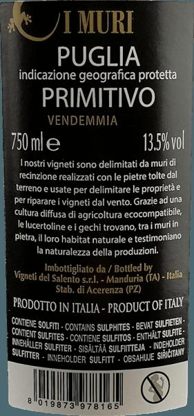 El I Muri Primitivo de Vigneti del Salento muestra un intenso color rojo rubí con reflejos violáceos. Su bouquet huele seductoramente a frutas rojas y negras (cerezas, ciruelas y bayas oscuras del bosque). En el paladar, este vino tinto italiano es maravillosamente suave. Los aromas afrutados del ramo también están presentes en el paladar, donde se presentan jugosos y opulentos. Se acompañan de un elegante picor de madera de cedro y hierbas mediterráneas. Los taninos aterciopelados acompañan a un cuerpo potente y con mucha fusión y calidez. Vinificación del I Muri Primitivo Para este Primitivo, las uvas crecen en Salento sobre suelos de ladrillo rojo. Esto almacena el calor y luego lo libera a las vides por la noche. De este modo, se equilibran las grandes diferencias de temperatura. Con la brisa del mar, estas condiciones favorecen el desarrollo de aromas frutales especialmente intensos. Tras la vendimia, las uvas se despalillan y se trituran cuidadosamente. El mosto fermenta en las pieles durante unos 10 días. A continuación, la fermentación maloláctica se realiza también en depósitos de acero. Una parte del vino base se envejece durante algún tiempo en barricas usadas antes de ser mezclado y embotellado. Recomendación alimentaria para el Vigneti del Salento I Muri Primitivo Este Primitivo se disfruta excelentemente a una temperatura de 18 - 19 grados Celsius con ricos entrantes, todos los platos de pasta, pizza, carne oscura y quesos suaves. Premios para el I Muri Primitivo AWC Viena: Plata para 2016 Mundus Vini: Plata para 2016 Challenge International du France: Oro para 2014
