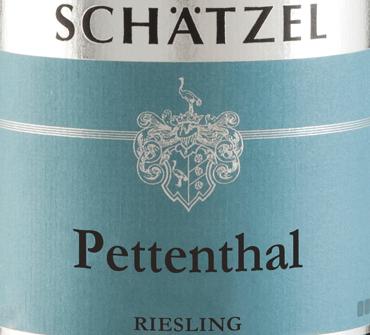 El Riesling Nierstein Pettenthal Großes Gewächs de Weingut Schätzel en Rheinhessen revela un color amarillo claro y brillante en la copa. Este vino también muestra reflejos de color amarillo dorado en el centro. Si se le da un poco de aire mediante un remolino, este vino blanco se caracteriza por una fascinante ligereza que lo hace bailar alegremente en la copa. El aroma de este vino blanco de Rheinhessen es cautivador, con notas de mora, grosella negra, arándano y mora, y es precisamente su carácter afrutado lo que hace que este vino sea tan especial. Este vino alemán deleita con su sabor elegantemente seco. Lo trajeron con sólo 4 gramos de azúcar residual en la botella. Aquí se trata de un vino de calidad genuina, que se destaca claramente de las cualidades más simples y por lo tanto este vino alemán encanta naturalmente con el más fino equilibrio con toda la sequedad. El aroma no necesita necesariamente una gran cantidad de azúcar residual. Ligero y complejo, este vino blanco denso se presenta en el paladar. Debido a su viva acidez frutal, el Riesling Nierstein Pettenthal Großes Gewächs es impresionantemente fresco y vivo en el paladar. En el final, este vino blanco de la región vinícola de Rheinhessen inspira finalmente con una longitud considerable. De nuevo, aparecen toques de grosella negra y arándanos. Vinificación del Riesling Nierstein Pettenthal Großes Gewächs de la finca Schätzel Este elegante vino blanco de Alemania se elabora con la variedad de uva Riesling. El Riesling Nierstein Pettenthal Großes Gewächs es un vino del Viejo Mundo hasta la médula, ya que este vino alemán respira un extraordinario encanto europeo que pone de manifiesto el éxito de los vinos del Viejo Mundo. El hecho de que las uvas Riesling se desarrollen bajo la influencia de un clima más bien fresco también influye considerablemente en la maduración de las uvas. Esto da lugar, entre otras cosas, a unas uvas especialmente largas y uniformes y a un contenido de alcohol bastante moderad