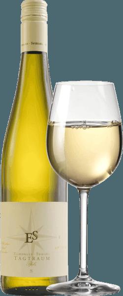 La Cuvée Tagtraum de Ellermann-Spiegel está vinificada por Frank Spiegel a partir de Auxerrois y Pinot Blanc y llega a la copa con un brillante amarillo cítrico. La nariz de este maravilloso vino blanco semiseco del Palatinado está determinada por la pera madura y todo tipo de frutas tropicales como el lichi, el mango y la mandarina. En boca, el Tagtraum de Ellermann-Spiegel es maravillosamente bebible, jugoso y frutal. Los aromas de frutas exóticas, la fusión y la densidad interior de este vino invitan a soñar. El perfil de sabor semiseco hace que sea increíblemente bebible. El equilibrio entre dulzura y acidez fresca es perfecto. Vinificación del vino blanco Tagtraum de Ellermann-Spiegel El Tagtraum de Ellermann-Spiegel se vinifica exclusivamente en depósitos de acero inoxidable y, por lo tanto, impresiona por su aroma frutal absolutamente inalterado. El Auxerrois aporta expresión y fruta, mientras que el Pinot Blanc da cuerpo al vino sin hacerlo demasiado gordo. Recomendación de comida para el vino blanco cuvée Tagtraum de Ellermann-Spiegel Disfrute del Tagtraum de Frank Spiegel con platos asiáticos, ya sean vietnamitas o tailandeses.