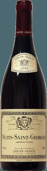 Rojo rubí intenso es el color de este 100% Pinot Noir de la casa Jadot. Aromas de frutas rojas y notas especiadas, así como toques de tostado y cacao rodean la nariz del Nuits Saint Georges AOC de Louis Jadot. El potente sabor se basa en aromas complejos y una buena estructura. El armonioso final brilla con un tanino redondo, que da al vino su sólida corpulencia. Un magnífico acompañante de las carnes rojas con salsa de vino tinto -a la parrilla o asadas-, de la caza en escabeche y de los asados o de los quesos de cuerpo medio.