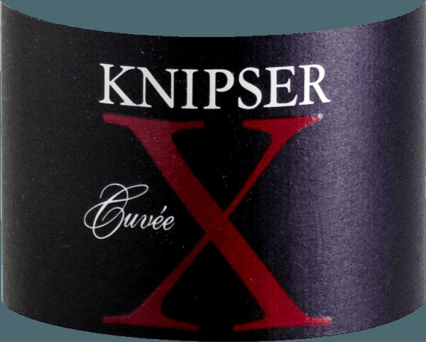 El Cuvée X de la casa Knipser es un vino tinto de tamaño monumental, que sólo se puede encontrar en el Atlántico en Francia. Probablemente el único vino tinto alemán que puede competir con los crecimientos de Pauillac, Margaux y Pomerol. Los hermanos Knipser sabían perfectamente que este vino, elaborado con diferentes Cabernets y Merlot, al estilo de un Burdeos, les llevaría a la primera liga del vino. El Knipser Cuvée X llega a la copa con un denso color rojo rubí y reflejos púrpura. La nariz revela una potencia inimaginable unida a una fruta negra ácida y una multitud de aromas especiados como caja de puros, café, tabaco y especias, además de muchos frutos rojos. En el paladar, esta cuvée superior de Knisper inspira plenamente con una longitud interminable, una acidez frutal vital y taninos armoniosos. Vinificación de la Knipser Cuvée X La vinificación de esta cuvée se basa exclusivamente en un sólido trabajo artesanal, unido a unas condiciones climáticas únicas y a un subsuelo casi bordelés. La inactividad controlada en la bodega aporta los mejores resultados en la copa. Todas las variedades de uva crecen en suelos calcáreos y las uvas se despalillan antes de la trituración, es decir, se separan de los racimos. El resultado es una estructura de taninos especialmente fina. La crianza en barricas de roble francés de 225 litros, con hasta 24 meses de envejecimiento antes del embotellado, da como resultado vinos longevos e intensamente perfumados. El Cabernet Sauvignon constituye la mayor parte del Cuvée X, con un 45% de la mezcla. Alrededor del 33% es Merlot, complementado por un 22% de Cabernet Franc. Recomendación alimentaria para el Cuvée X de Knipser Esta estrella del Palatinado se disfruta mejor en una mesa festiva, con carrilleras de ternera estofadas o una pierna de cordero cocinada al horno con verduras mediterráneas y un abundante jugo. Esta potencia tampoco tiene que esconderse de la carne asada en corto, como el entrecot o el filete. Premios para la Knips