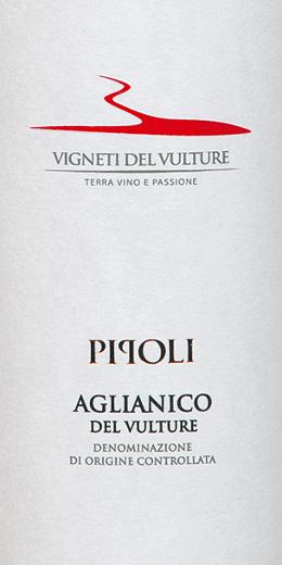 El Pipoli Aglianico del Vulture de Vigneti del Vulture, en la región vinícola italiana de Basilicata, es un vino tinto varietal, cálido y elegante. Este vino se presenta en la copa en un rojo intenso con brillo violeta. ElPipoli Aglianico del Vulturedespliega su complejo y potente bouquet con aromas de cerezas, vainilla, violetas, regaliz y pimienta negra. Este vino tinto del sur de Italia es cálido y presente en el paladar con un cuerpo completo. Sus taninos maduros y dulces conducen a un final largo y balsámico. Vinificación del Pipoli Aglianico de Vigneti del Vulture Las uvas para este monovarietal de Aglianico se cosecharon a mano, se seleccionaron y se prensaron suavemente y se despalillaron. Antes de la fermentación, las uvas se maceraron a una temperatura de 4 grados Celsius durante 5 días y luego se fermentaron a 22 o 24 grados Celsius. El 40% del Pipoli Aglianico fue envejecido durante 10 meses en barricas usadas, el resto permaneció en depósitos de acero inoxidable. Para el refinamiento final, este vino maduró durante 3 meses más en la botella. Recomendación alimentaria para el Pipoli Aglianico del Vulture Disfrute de este vino tinto seco de Italia con platos de carne o quesos curados. Premios para el Pipoli Aglianico de Vigneti del Vulture Vinibuoni d'Italia: Estrella de Oro para 2015 AWC Viena: Oro para 2015 Concours International de Lyon: Plata para 2015 Decanter: Bronce para 2015