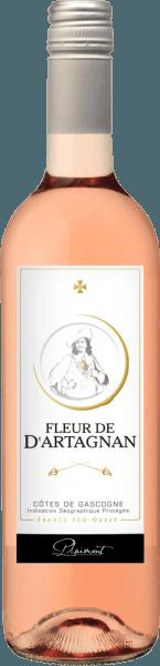 El Fleur de d'Artagnan Rosé de Plaimont muestra un maravilloso color rojo salmón en la copa. Aquí se despliegan los expresivos aromas de bayas dulces y maduras, como frambuesas, fresas, arándanos y grosellas. Estas notas de bayas se completan con un fino toque de pimienta y matices exóticos. Esta equilibrada cuvée convence en el paladar con mucho jugo y plenitud y una impresión viva y fresca. En el final del Fleur de d'Artagnan Rosé se perciben discretos matices florales y picantes. El vino ideal para disfrutar de las tardes de verano en la terraza o en una barbacoa Vinificación del rosado Fleur de d'Artagnan Esta cuvée francesa de Gasgogne se vinifica con un 70% de Merlot y un 30% de Cabernet Sauvignon. Tras la vendimia, las uvas se despalillan, se trituran y se prensan suavemente después de un cierto tiempo de reposo. El mosto resultante se fermenta en frío en tanques de acero inoxidable, lo que garantiza la frescura y el carácter afrutado de este vino. La serie de vinos Fleur de d'Artagnan de la bodega Plaimont se compone de vinos de extraordinaria frescura, claridad y frutosidad con un carácter varietal honesto. La atención se centra sobre todo en las variedades de uva regionales. Los animados vinos pretenden ser un impresionante monumento al famoso mosquetero d'Artagnan, cuyo retrato adorna la etiqueta. Recomendación de comida para el Fleur de d'Artagnan Rosé de Plaimont Disfrute de este rosado seco del sur de Francia con ensaladas frescas, comida a la parrilla o postres afrutados.