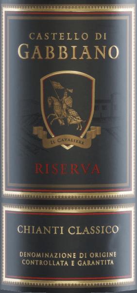 El Chianti Classico Riserva es el vino más famoso de Castello di Gabbiano y ya ha recibido multitud de premios a nivel internacional. Este vino tinto está elaborado con Sangiovese (95%) y Merlot (5%). En la copa brilla un rojo rubí brillante con reflejos rojo cereza. El expresivo bouquet revela aromas de cerezas negras y fresas, subrayados por notas de cedro y tabaco. El paladar goza de un cuerpo elegante con una estructura tánica firme. Este vino tinto es agradablemente fresco y la acidez está perfectamente equilibrada. El final llega con una maravillosa y agradable longitud. Vinificación del GabbianoChianti Classico Riserva Las uvas Sangiovese y Merlot proceden de viñas de 15 años. Una vez que las uvas han llegado a la bodega, se seleccionan cuidadosamente a mano. Tras el prensado de la uva, el mosto se fermenta en depósitos de acero inoxidable con control de temperatura. Finalmente, este vino reposa durante 12 meses en barricas pequeñas (80% de segunda ocupación, 20% nuevas) así como en grandes barricas de madera de roble francés. Comida recomendada para el Riserva Chianti ClassicoCastello di Gabbiano Sirva este vino tinto seco de Italia con carnes a la parrilla, pasta con salsa picante y risotto de setas. Recomendamos decantar este vino antes de servirlo. Premios para elChianti Classico Riserva de Castello di Gabbiano Mundus Vini: Plata para 2013 Wine Spectator: 92 puntos para 2013 Robert Whitley: 93 puntos para 2013