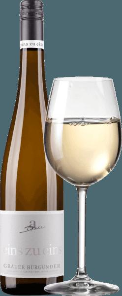 """El Pinot Gris de la serie """"Eins zu Eins"""" de la bodega A. Diehl se presenta con un hermoso color blanco-dorado en la copa. Este vino blanco monovarietal del Palatinado convence con un aroma afrutado, ácido y mineral, lleno de peras y manzanas maduras, complementado con delicadas notas de frutos secos y un fondo mineral y herbáceo. En el paladar, el Eins zu Eins Pinot Gris comienza fresco, afrutado y maravillosamente fundente. La acidez de la fruta y el dulzor residual están excelentemente equilibrados y dan a esta interpretación palatina del Pinot Grigio mucha capacidad de beber. En el final, el A. Diehl Pinot Grigio aparece con mucha presión, mucho fundido y un final mineral y fresco. Vinificación del A. Diehl Pinot Grigio Eins zu Eins Como es habitual en la serie de vinos Eins zu Eins, este Pinot Gris de Andreas Diehl se vinifica absolutamente monovarietal. La vinificación se realiza en depósitos de acero inoxidable, para que el vino refleje en la copa el carácter de su variedad de uva de la forma más pura posible. Dado que la familia Diehl vinifica su Pinot Gris como Kabinett-Prädikatswein, la ley prohíbe cualquier """"artificio"""", como azucarar los mostos o cosas similares. Así, A. Diehl se compromete voluntariamente a una calidad aún mayor. Su esposa Alexandra-Isabell Diehl lo explica en pocas palabras """"En nuestros vinos """"uno a uno"""", la variedad de uva y el viñedo, pero también el clima y las decisiones de todo un año vinícola, son inconfundibles. Auténtico y distintivo"""" Recomendación alimentaria para el Grauer Burgunder uno a uno Recomendamos el Grauer Burgunder de A. Diehl con espárragos con salsa de mantequilla, terrina de ternera o con Tafelspitz."""