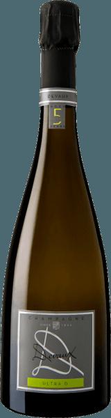El Ultra D Extra Brut de la región vinícola de Champagne se ofrece en la copa con un brillante color amarillo dorado. El color de este vino espumoso también muestra reflejos en el centro. La nariz de este Champagne Devaux presenta todo tipo de membrillo, peras, pera nashi y manzanas. Como si eso no fuera ya impresionante, se unen a la mezcla la almendra tostada, el suelo del bosque y el brioche. El Champagne Devaux Ultra D Extra Brut deleita con su sabor elegantemente seco. Lo trajeron con sólo 3 gramos de azúcar residual en la botella. Se trata de un verdadero vino de calidad, que se distingue claramente de las calidades más simples y por lo que este francés encanta naturalmente con el más fino equilibrio a pesar de toda la sequedad. El sabor no necesita necesariamente una gran cantidad de azúcar. En la lengua, este champán de pies ligeros se caracteriza por una textura tremendamente fundente y cremosa. Debido a la moderada acidez de la fruta, el Ultra D Extra Brut halaga el paladar con una sensación aterciopelada sin que le falte frescura. El final de este champán convence con una hermosa reverberación. Vinificación del Ultra D Extra Brut de Champagne Devaux Este elegante champán de Francia se elabora con las variedades de uva Chardonnay y Pinot Noir. Tras la vendimia, la uva llega a la bodega por la vía más rápida. Aquí se seleccionan y se dividen cuidadosamente. A continuación, la fermentación tiene lugar en la botella a temperaturas controladas. Tras su finalización . Recomendación de comida para el Champagne Devaux Ultra D Extra Brut Este vino francés se disfruta mejor muy frío, a 5 - 7°C. Es perfecto como acompañamiento de una ensalada de escarola afrutada, espaguetis con pesto de yogur y menta o ensalada de espárragos con quinoa. Premios para el Ultra D Extra Brut de Champagne Devaux Además de la relación calidad-precio, este vino de Champagne Devaux también cuenta con premios, incluyendo medallas y puntuaciones superiores a los 90 puntos. En concreto, se tr