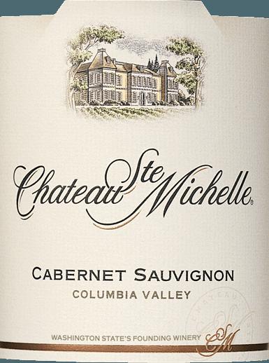 Las uvas delCabernet Sauvignon de Chateau Ste. Michelle crecen en la región vinícola estadounidense de Columbia Valley. En la copa, este vino brilla con un rico color rojo cereza con reflejos púrpura. El bouquet afrutado mima la nariz con aromas intensos de grosellas negras, moras jugosas y cerezas maduras, con notas de especias oscuras, vainilla y delicados matices de roble. En el paladar, este vino tinto americano es jugoso y potente, con una fruta concentrada. Los sedosos taninos están muy bien integrados en el cuerpo y armonizan maravillosamente con la suave plenitud. El largo final aguarda con una fina dulzura frutal y toques especiados de regaliz. Vinificación del Ste. Michelle Cabernet Sauvignon Este vino tinto intenso del estado de Washington, en Estados Unidos, se vinifica con un 87% de Cabernet Sauvignon y un 6% de Merlot, 4% de Syrah, 1% de Malbec, 1% de Cabernet Franc y 1% de Petit Verdot. Las uvas, cosechadas cuando están maduras, se despalillan y se inician con diferentes cultivos de levadura, lo que maximiza la complejidad del futuro vino. Durante la fermentación, los hollejos se bombean suavemente por debajo, extrayendo color, aromas y taninos suaves y delicados. A continuación, el vino envejece durante 16 meses en barricas de roble americano y francés, de las cuales un 32% son nuevas. Sugerencias de maridaje para el Cabernet Sauvignon Chateau Ste. Michelle Este tentador Cabernet Sauvignon de Norteamérica es un compañero perfecto para el queso azul, la pasta, la carne de vaca y la ternera, por ejemplo, condimentado con romero, pimentón y tomillo y acompañado de una fina moutarde.